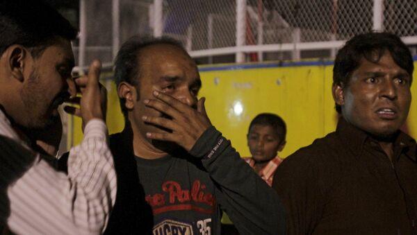 Un hombre llora tras la muerte de su familiar durante el atentado en Lahore, Pakistán - Sputnik Mundo