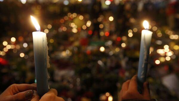 La gente rinde homenaje a las víctimas de los atentados en Bruselas - Sputnik Mundo