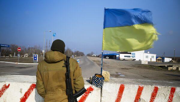 Bandera de Ucrania en la frontera con Crimea (archivo) - Sputnik Mundo