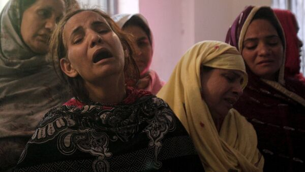 Familiares de las víctimas del atentado en Lahore, Pakistán - Sputnik Mundo