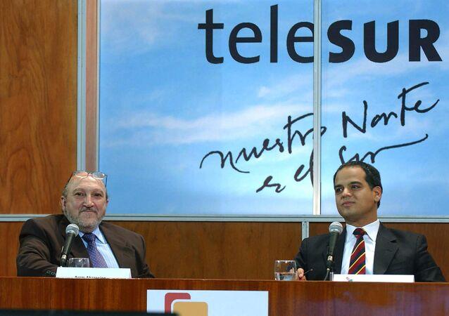 El exdirector de Telesur, el uruguayo Aram Aharonian, y el exministro de Comunicaciones de Venezuela, Andrés Izarra, durante la primera transmisión de la cadena en 2005 (archivo)