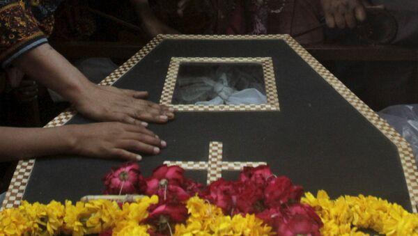 Enterramiento de la víctima del atentado en Lahore - Sputnik Mundo