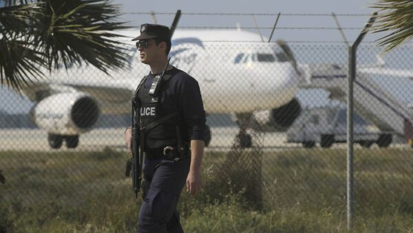 Police stand guard at Larnaca Airport near a hijacked Egyptair Airbus A320 , March 29, 2016 - Sputnik Mundo