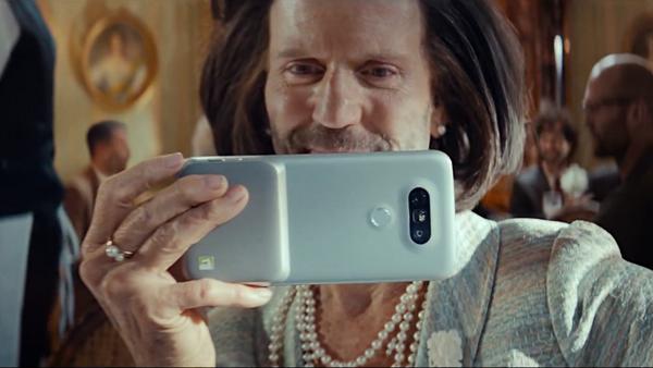 Jason Statham, protagonizando el anuncio de un nuevo modelo de teléfono inteligente de LG - Sputnik Mundo