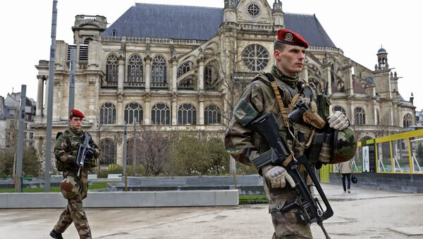 French army paratroopers walk near Saint-Eustache church as they patrol in Paris, France, March 30, 2016 as France has decided to deploy 1,600 additional police officers to bolster security at its borders and on public transport following the deadly blasts in Brussels. - Sputnik Mundo