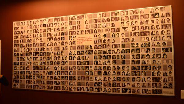 Mural en la Casa por la Identidad con imágenes de padres y madres desaparecidos durante la última dictadura militar argentina - Sputnik Mundo