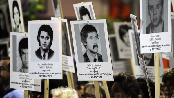 Thousands of Uruguayans take part in the 20th March of Silence --the most well-attended so far-- in memory of missing people during the military dictatorship (1973-1985), in Montevideo on May 20, 2015. - Sputnik Mundo