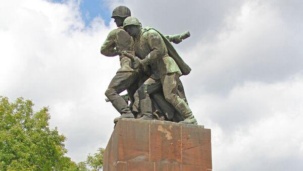 Un monumento soviético en Varsovia - Sputnik Mundo