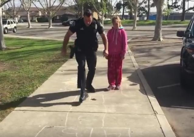 Policía juega a la rayuela con una joven sin techo de EEUU
