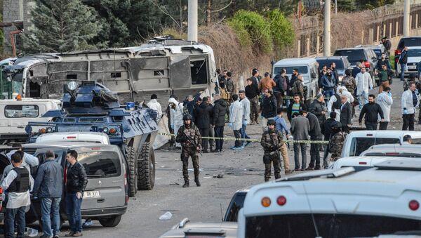 Fuerzas de seguridad turcas en el lugar del atentado en Diyarbakir - Sputnik Mundo