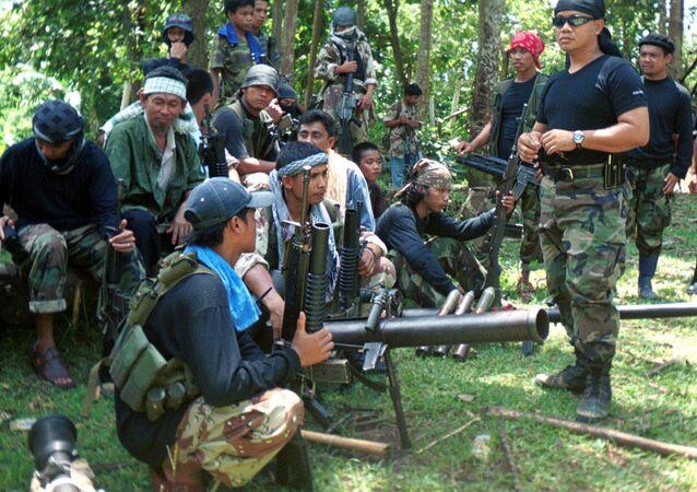 El portavoz Abu Sabaya cerca de los integrantes del grupo extremista Abu Sayyaf