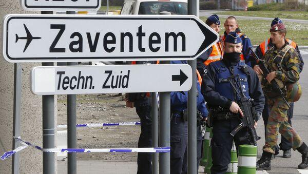 Agentes de policía y soldados belgas controlan el acceso al aeropuerto belga de Zaventem - Sputnik Mundo