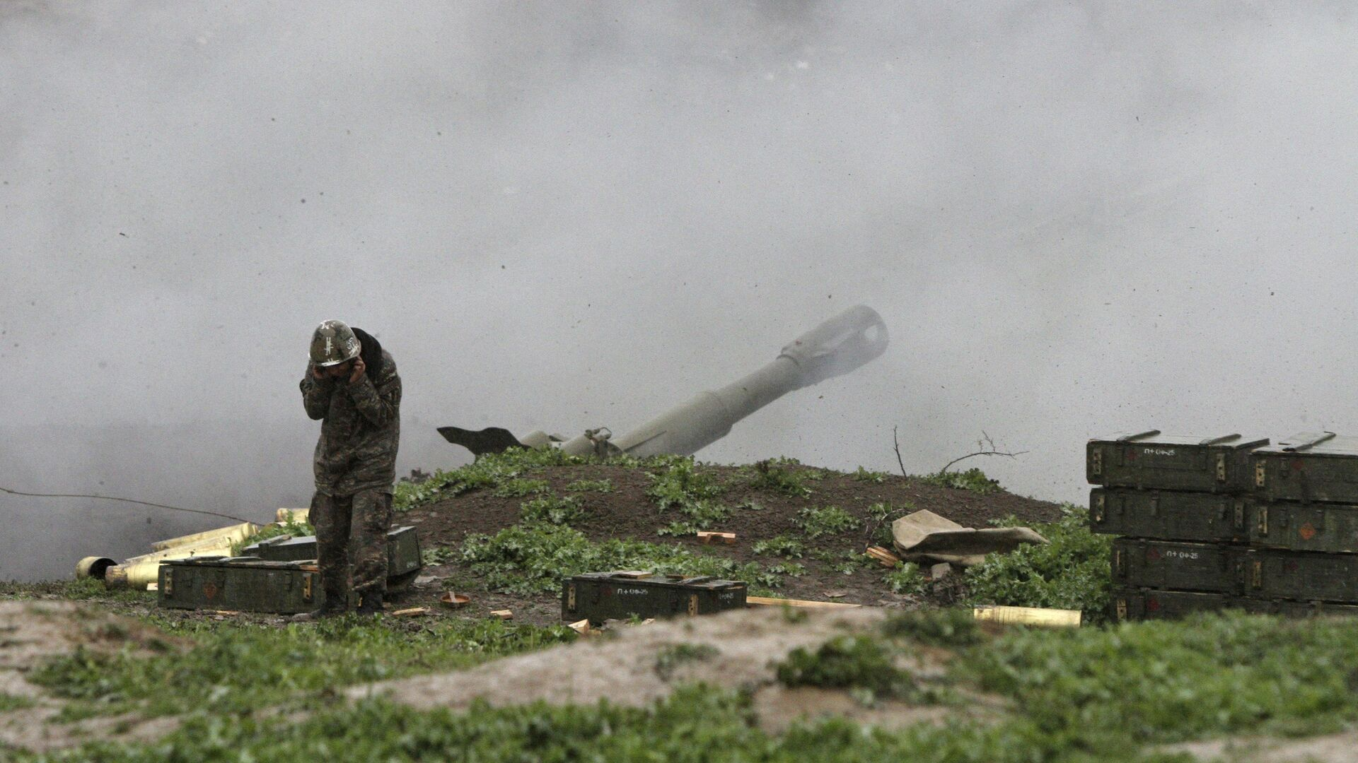 An Armenian serviceman of the self-defense army of Nagorno-Karabakh launch artillery toward Azeri forces in the town of Martakert in Nagorno-Karabakh region, which is controlled by separatist Armenians, April 3, 2016. - Sputnik Mundo, 1920, 18.05.2021