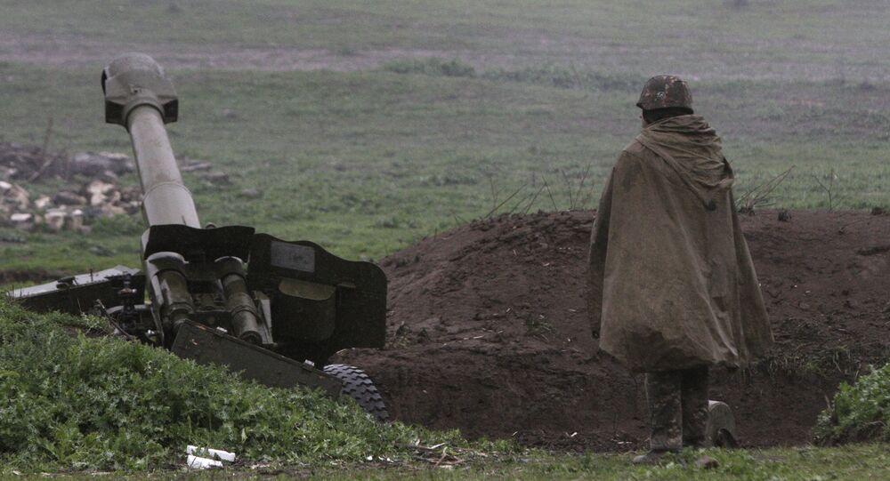 Un soldado de la autodefensa de Nagorno Karabaj cerca de un cañon de artillería