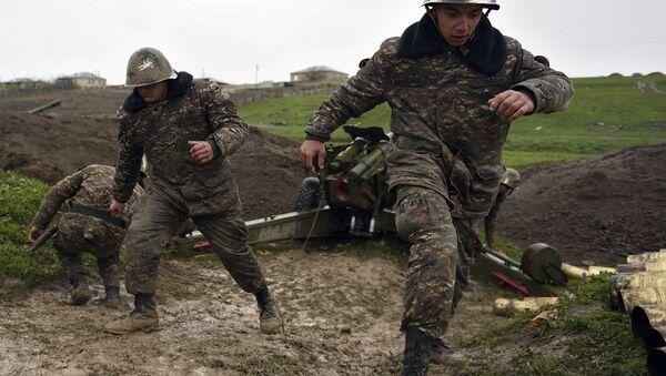 Soldados de la autodefensa de Nagorno Karabaj disparan un cañon de artillería - Sputnik Mundo