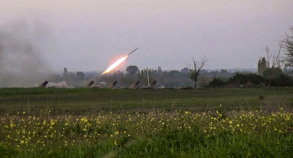 Fuerzas azeríes disparan cohetes contra posiciones armenias en Nagorno Karabaj