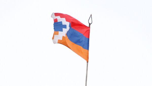 The flag and emblem of the Republic of Nagorny Karabakh - Sputnik Mundo
