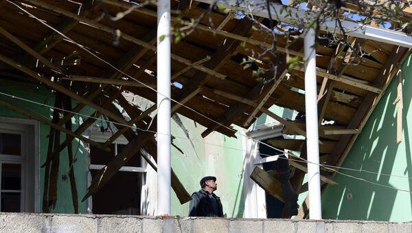 Edificio destruido durante los combates en Nagorno Karabaj - Sputnik Mundo