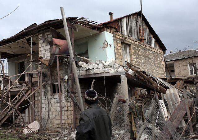 Un edificio destruido en Nagorno Karabaj
