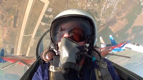 El piloto del legendario equipo de acrobacia aérea ruso, Russkie Vitiazi - Sputnik Mundo