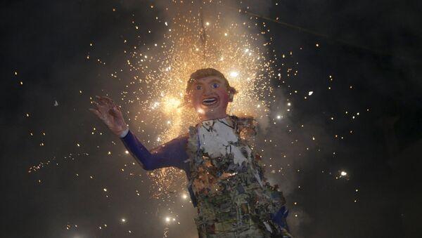 Mexicanos queman una efigie de Donald Trump (archivo) - Sputnik Mundo