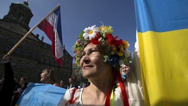 Mujer ucraniana en la manifestación a respeto del referendum, Ámsterdam, el 3 de abril de 2016. - Sputnik Mundo