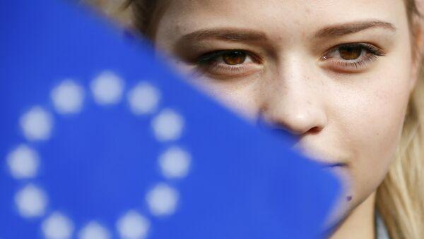 Una mujer ucraniana durante un flashmob celebrado en Kiev en vísperas del referendo en los Países Bajos - Sputnik Mundo