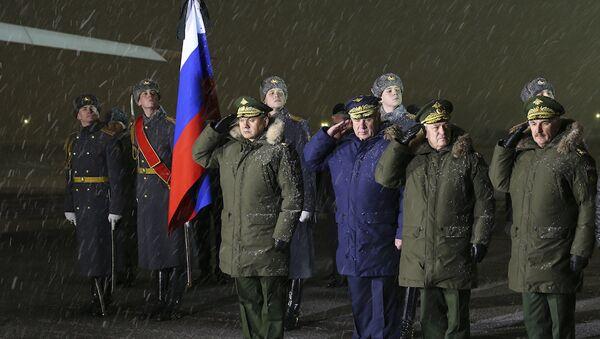 Ministro de Defensa de Rusia recibe el avión con el cuerpo del piloto del Su-24 derribado en Turquía - Sputnik Mundo