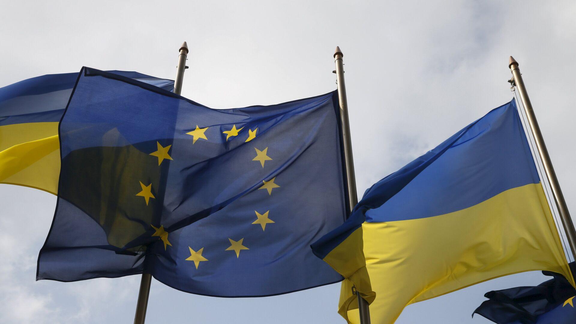 Las banderas de la UE y de Ucrania  - Sputnik Mundo, 1920, 09.06.2021