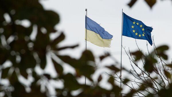 Las banderas de la UE y de Ucrania - Sputnik Mundo