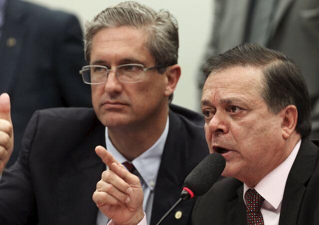Jovair Arantes (dcha.) al presentar el informe final sobre el impeachment