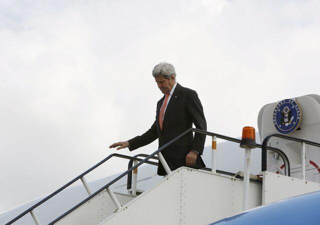 John Kerry, secretario de Estado de EEUU, en el aeropuerto internacional de Kabul
