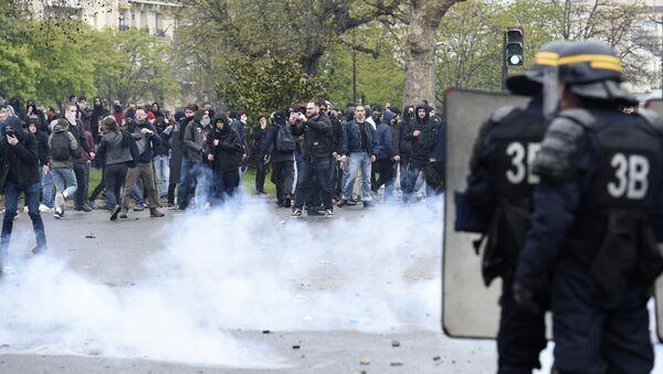 Los enfrentamientos durante la protesta en París. El 9 de abril del 2016 - Sputnik Mundo