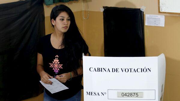 Una mujer votando en las elecciones presidenciales en Lima, Perú - Sputnik Mundo