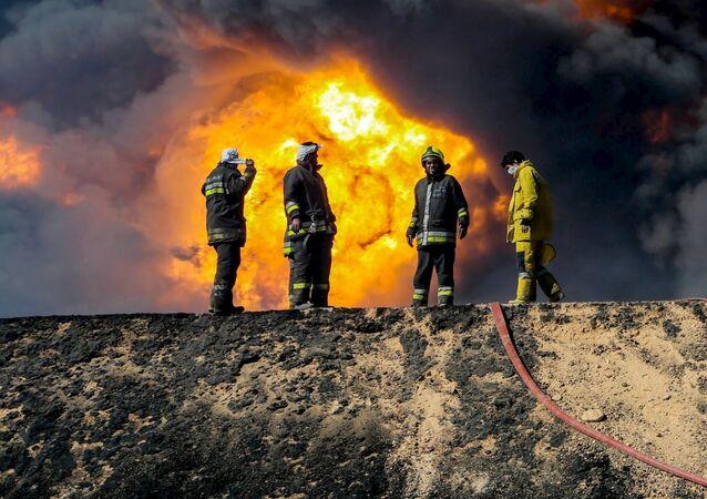 Los bomberos en el lugar del incendio en los depóstios petroleros en Ras Lanuf, Libia (Archivo)