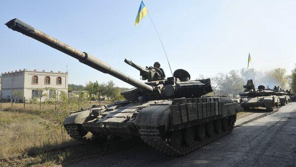 La retirada de los tanques en la provincia deNyzhnje en la región de Lugansk (archivo) - Sputnik Mundo