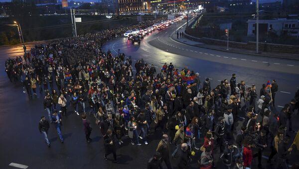 La marcha en Ereván honor a los soldados asesinados en los recientes combates en Nagorno Karabaj - Sputnik Mundo