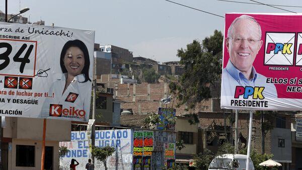 Electoral posters of Peru's presidential candidates Keiko Fujimori of 'Fuerza Popular' party and Pedro Pablo Kuczynski of 'Peruanos Por El Cambio' party are seen in Villa Maria del Triunfo on the outskirts of Lima, Peru - Sputnik Mundo
