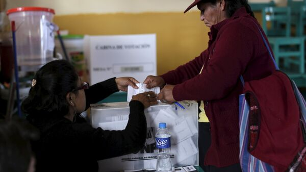A woman votes during presidential election at a polling station at a classroom in Cuzco, Peru, April 10, 2016. REUTERS/Janine Costa - Sputnik Mundo