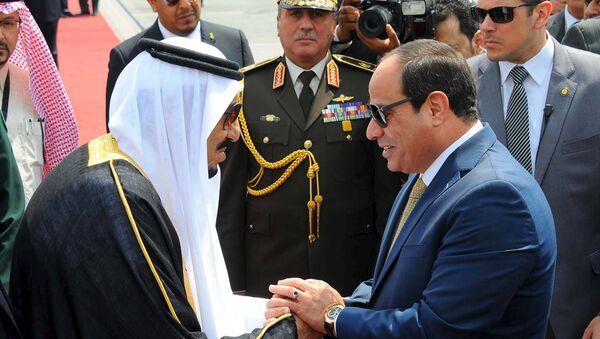 Rey saudí Salman bin Abdulaziz y presidente egipcio Abdelfatáh al Sisi - Sputnik Mundo