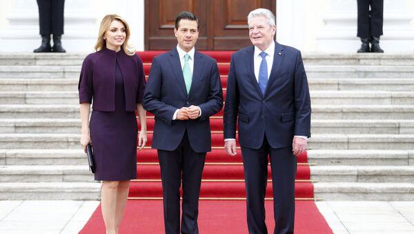 Presidente de México, Enrique Peña, con su esposa, Angélica Rivera, y presidente de Alemania, Joachim Gauck - Sputnik Mundo