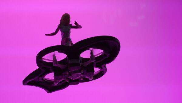 Una muñeca Barbie sobre un hoverboard improvisado - Sputnik Mundo