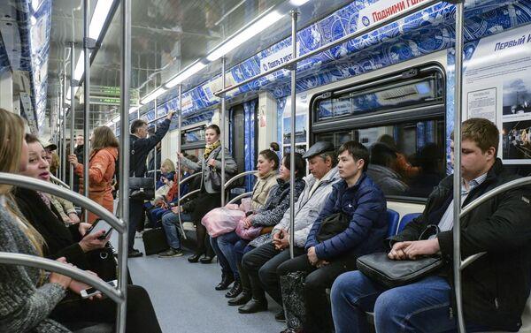 """Los pasajeros del """"tren cósmico"""" en el metro de Moscú - Sputnik Mundo"""