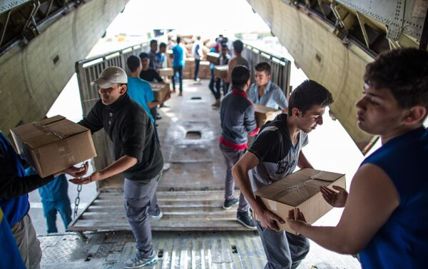 Descarga de la ayuda humanitaria en Latakia - Sputnik Mundo