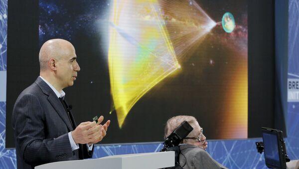 El inversor ruso, Yuri Milner, y el astrofísico Stephen Hawking - Sputnik Mundo