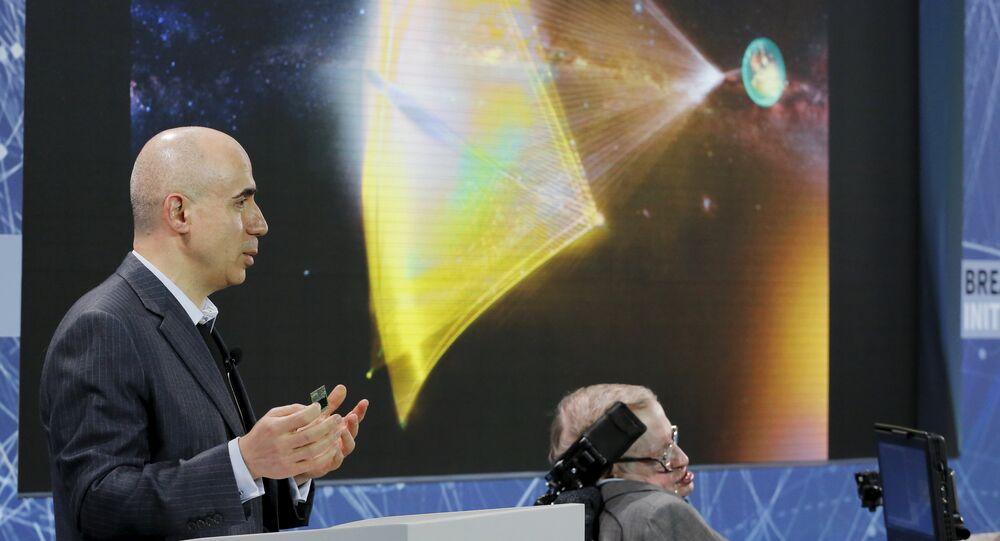 El inversor ruso, Yuri Milner, y el astrofísico Stephen Hawking
