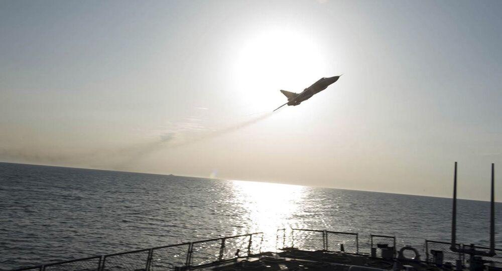 Los pilotos del Su-24 ruso hacen una maniobra cerca del buque estadounidense USS Donald Cook