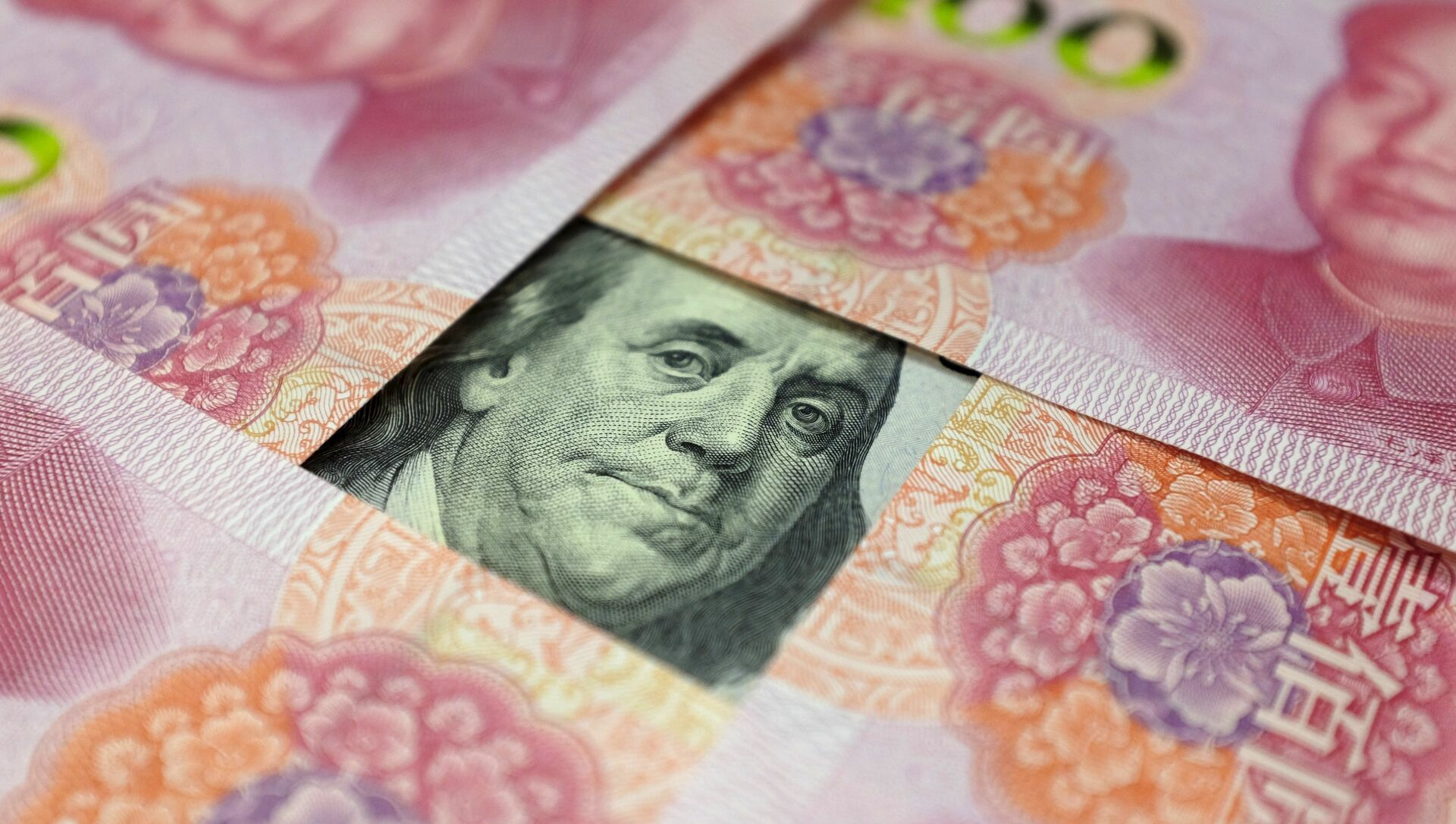 A US 100-dollar banknote with a portrait of Benjamin Franklin and Chinese 100-yuan banknotes with portrait of late Chinese Chairman Mao Zedong are seen in the picture illustration in Beijing, China - Sputnik Mundo, 1920, 28.02.2021