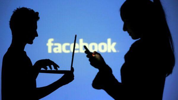Siluetas de personas interactuando con dispositivos móviles - Sputnik Mundo