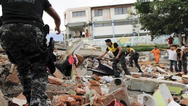 La Cruz Roja, los agentes de policía y militares realizan trabajos de rescate tras el terremoto en Ecuador - Sputnik Mundo